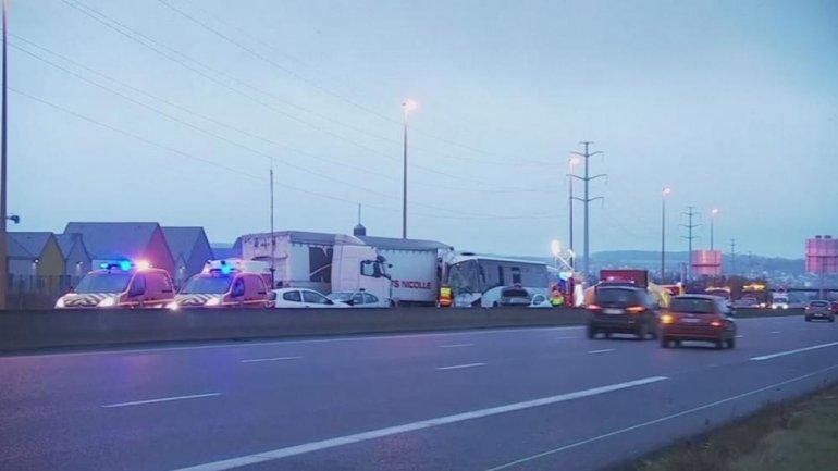 Dozens hurt in motorway pile-up near Paris (VIDEO)