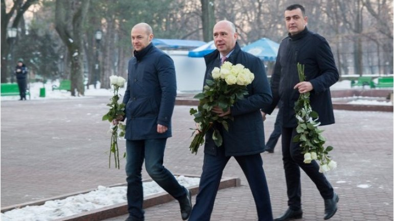 Moldovan premier lays flowers at bust of great national poet Mihai Eminescu