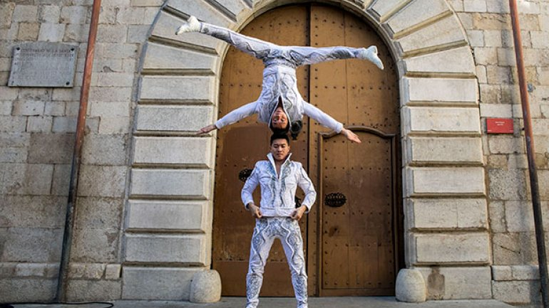 Vietnamese circus duo smash record for most stairs climbed with person on head (PHOTO/VIDEO)