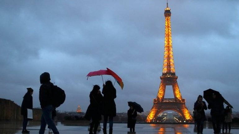 Eiffel Tower to be given €300m facelift under 15-year renovation plan