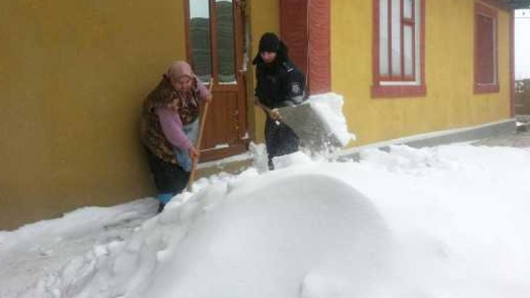 Citizens get help from police officers after snowfall and blizzard (PHOTO)