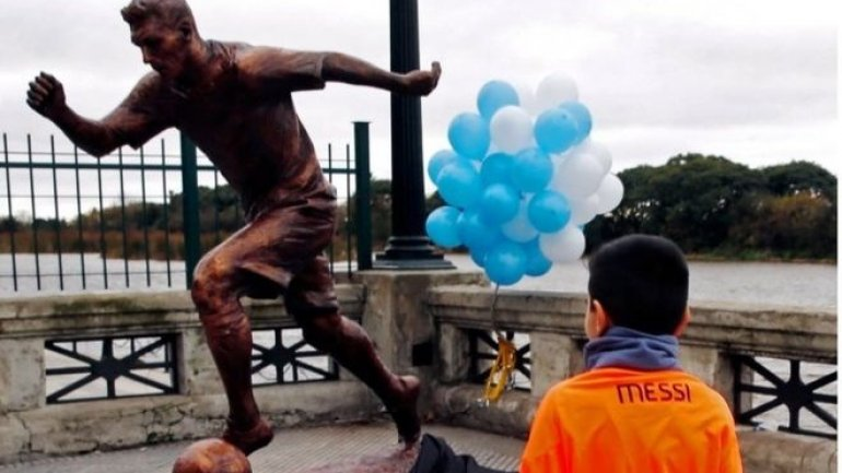 Lionel Messi statue vandalized in Buenos Aires