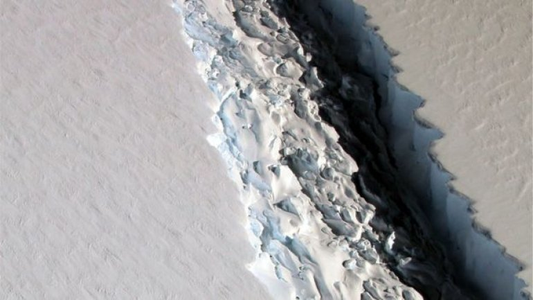 Huge Antarctic iceberg poised to break away (PHOTO)