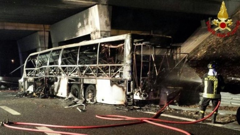 School bus crash and fire leaves 16 dead in Northern Italy (VIDEO)