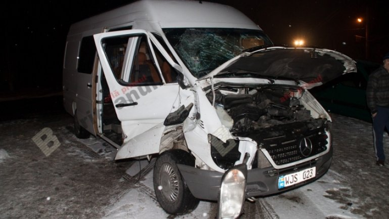 Minibus on route Germany-Moldova hit by a train in Romania (VIDEO)