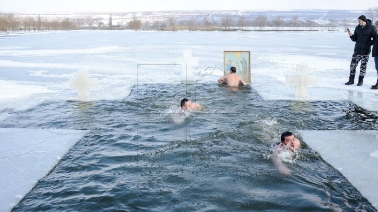 Some Moldovans mark Epiphany by plunging themselves into icy waters (PHOTO REPORT)