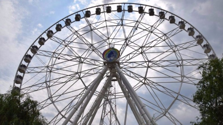 Dozens trapped for almost one hour in Bucharest Ferris wheel