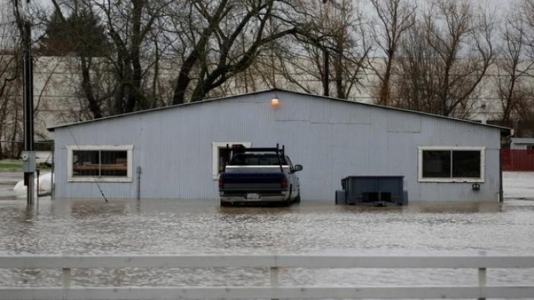 Powerful storms head for U.S. West after thousands flee floods