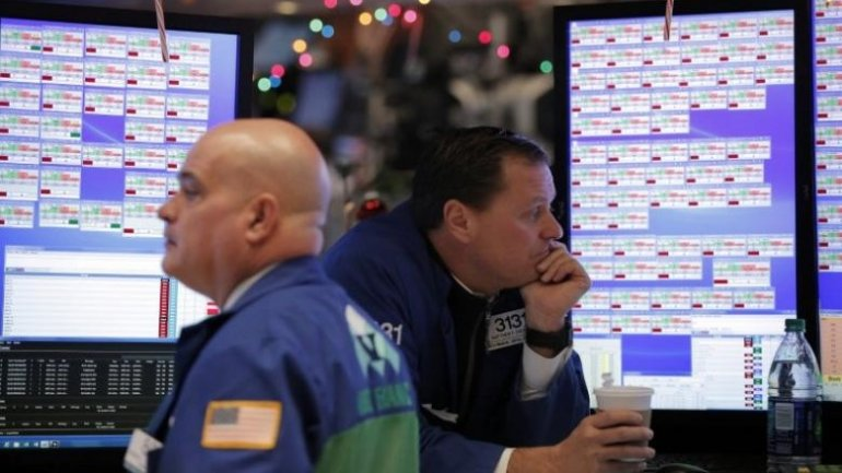 Wall St. loses ground after mixed jobs data