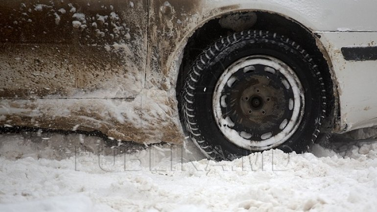 Slick and stranded: Moldovan drivers stuck in snow