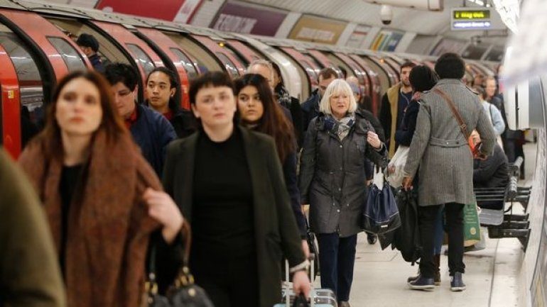 Travel chaos across London as Underground staff strike (VIDEO)