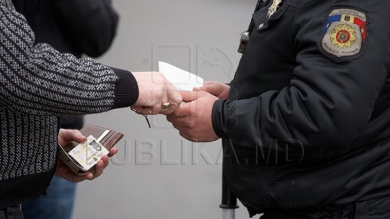 Patrolling police held up for asking driver for bribe