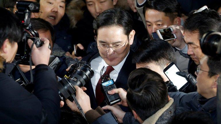 South Korean prosecutors to seek arrest warrant on Samsung chief