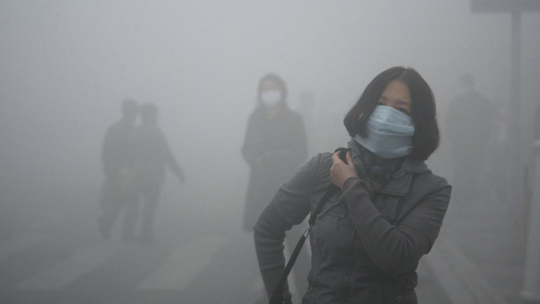 Highways closed, flights canceled because of smog in northern China