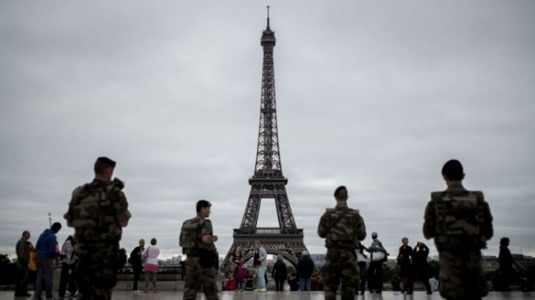 Paris to erect bulletproof wall around Eiffel Tower