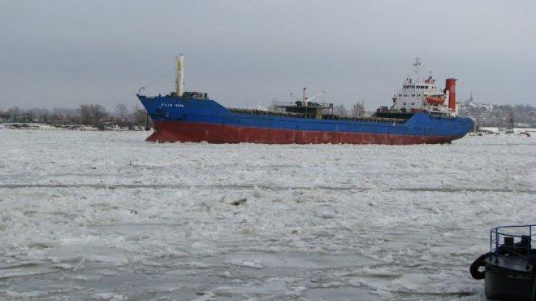 Danger of inevitable catastrophe on the Danube Delta. Ships stuck in ice (PHOTO)