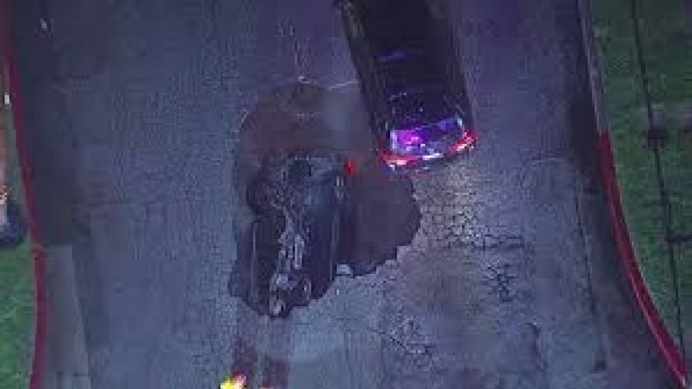 Cars fall into Los Angeles sinkhole (VIDEO)