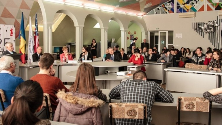 Moldovan students meet with first Ambassadors to Moldova and U.S.A.
