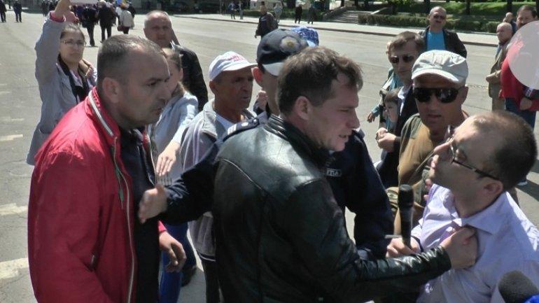(VIDEO) Jurnal TV hid reporter Vadim Ungureanu's being bitten by DA party representatives