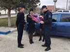 Border police offer flowers to women crossing border (PHOTO/VIDEO)