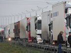 Russian truck drivers resume protest against road toll