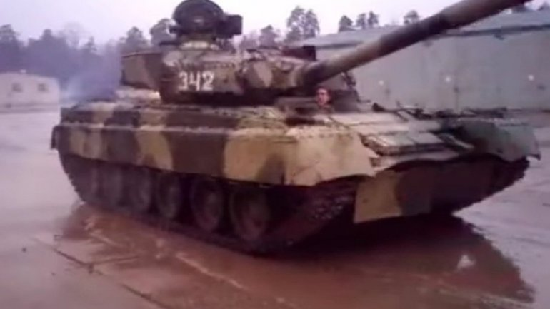 Preparing for Formula One? Watch Russian T-80UD main battle tank race and drift (VIDEO)