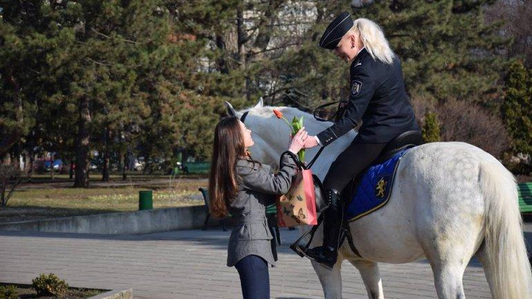 International Women's Day. Police stops dozens of women to offer flowers (PHOTO)