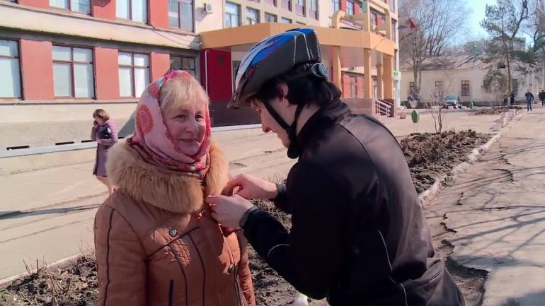Joy on eve of March 8th. Dozens of cyclists give chocolate trinkets to women in Chisinau
