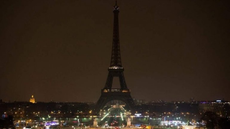 Eiffel Tower switched off as mark of respect to St. Petersburg victims