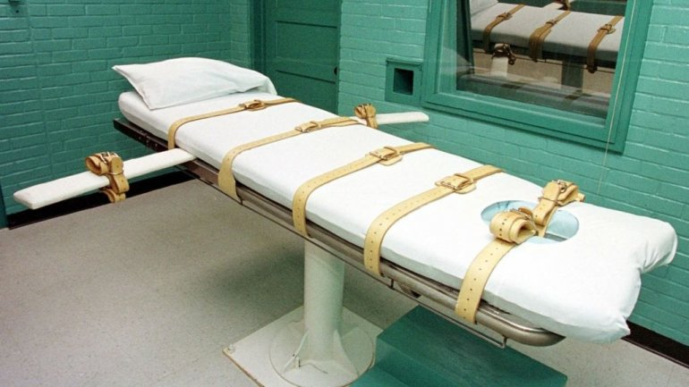 Arkansas judge blocks lethal injection drug ahead of executions