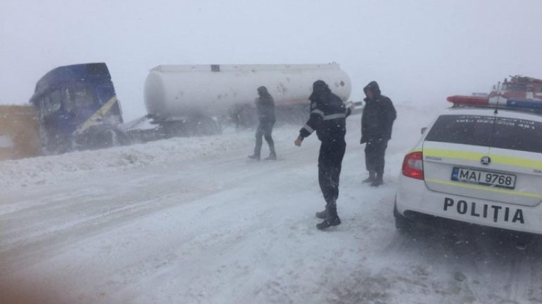 EXTREME SNOW! Tank skid off road, it contained 30 tons of benzine