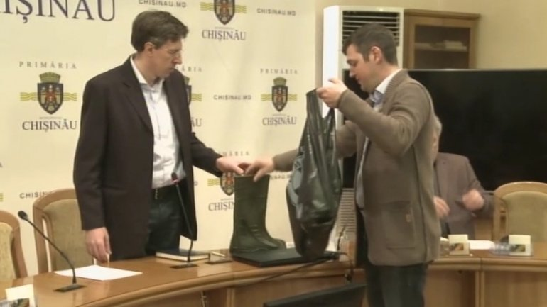 """Generous"" gifts for Chisinau mayor Dorin Chirtoaca: Rubber boots and mud cup"