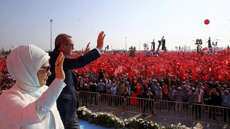 Turkey's Erdogan cheered by crowd ahead of referendum on getting more powers