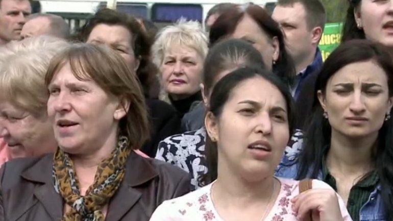 Teachers demand bigger salaries. Premier's response