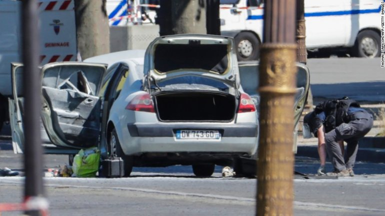 Car rams police van on Champs-Elysees, armed suspect DEAD (PHOTO/VIDEO)