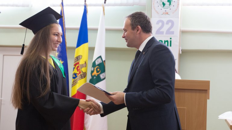 Young graduates, encouraged by Andrian Candu to believe in their dreams (PHOTO)