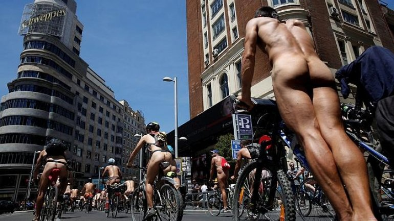 Cyclists strip off for more road safety (VIDEO)