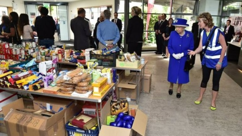 London fire: Queen and Prince William visit Grenfell Tower centre