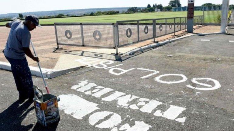 Brazil Temer: Car rams gate of presidential palace
