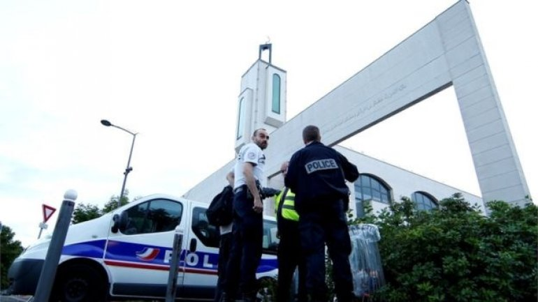 Paris mosque: Man held after 'trying to ram crowd with vehicle'