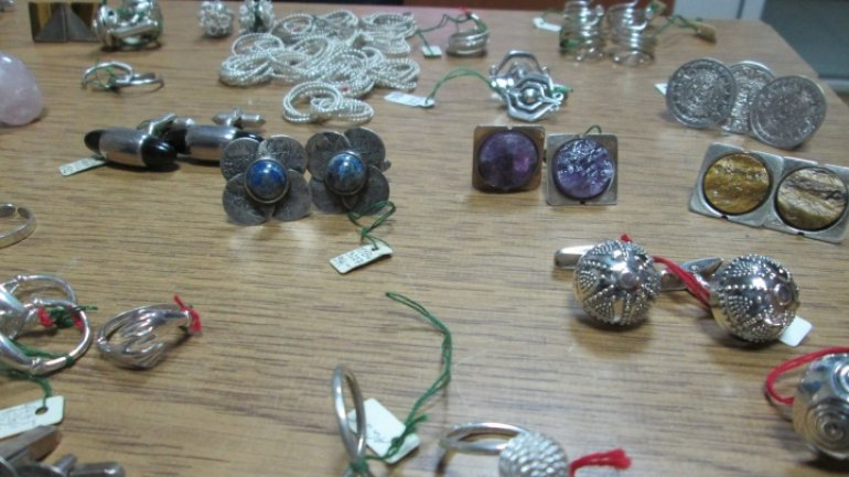 Customs officers thwart attempt of smuggling large amount of jewelry