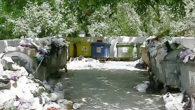 Chisinau, flooded by garbage. Liberals and Socialists argue who's responsible for the mess