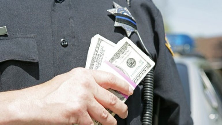 Police officer, ACCUSED of bribery, DETAINED by National Anticorruption Center