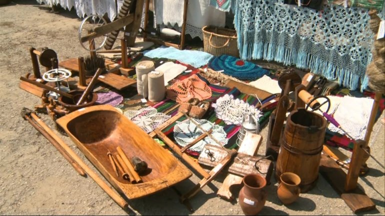 """One hundred years carpets exhibited at """"Lada cu Zestre"""" festival"""