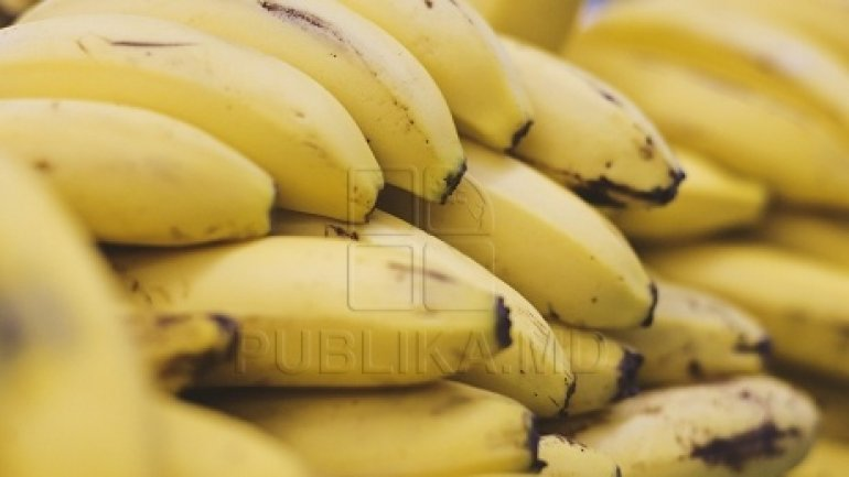 Woman SHOCKED after eating red coloured bananas (PHOTO)