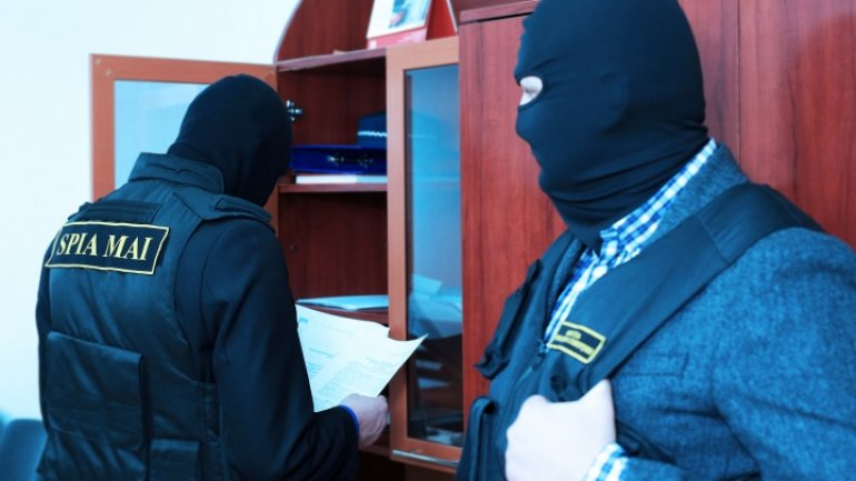 Donduşeni policeman and chief of municipal enterprise detained for influence peddling