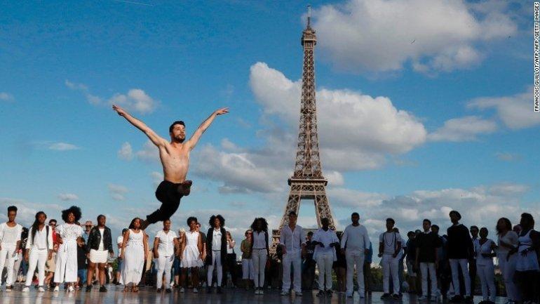 Dance or die: Syrian refugee ballet star performs at Eiffel Tower