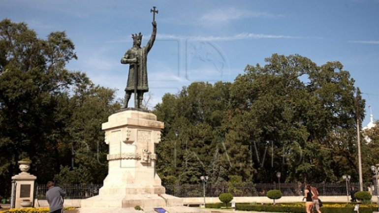 People, politicians lay wreaths to Stephen the Great monument. 2018 declared as his Year