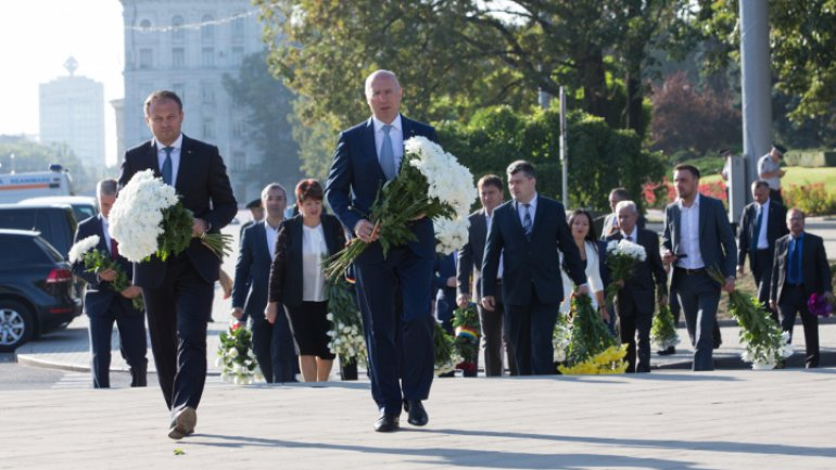 National Language Day: Officials deposit flowers at Ştefan cel Mare monument (video/photos)