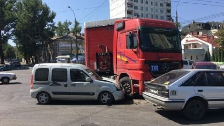 Collision between a car and a truck in Chisinau